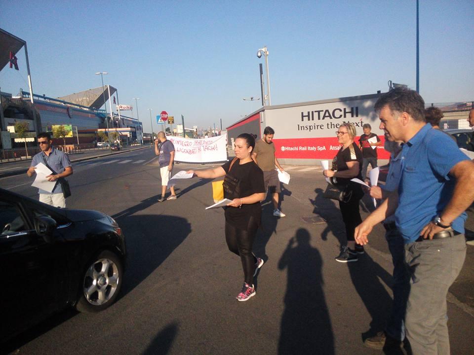 Gli operai licenziati Hitachi in presidio per essere reintegrati