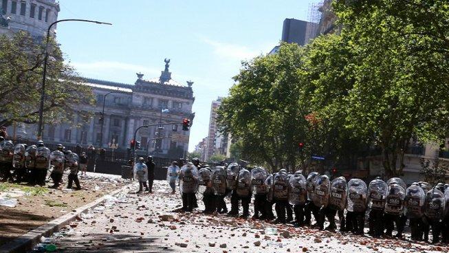 Durissimi scontri di piazza in Argentina mentre il Governo vota lo scippo delle pensioni