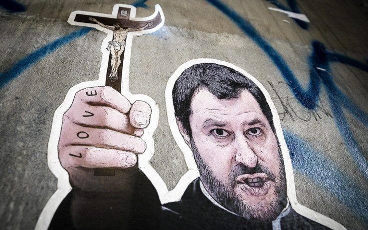 Salvini, il Crocifisso e le crocifissioni: una propaganda infinita