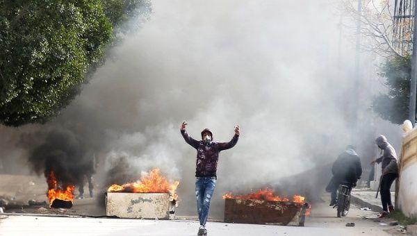 Tunisia: Giornalista si dà fuoco e partono le proteste