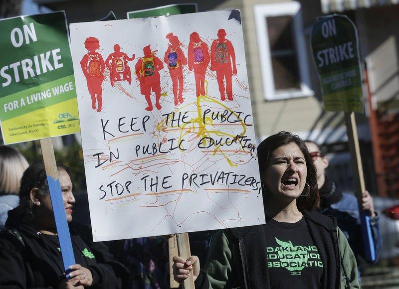 USA: migliaia di insegnanti in sciopero a Oakland, California