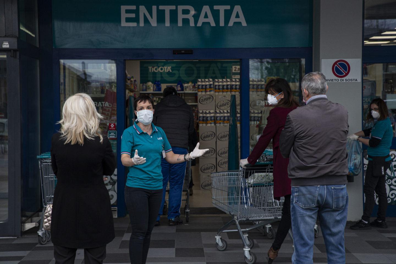"""""""Lasciati a noi stessi, rischiamo di essere un veicolo del contagio"""", denuncia una commessa di supermercato"""