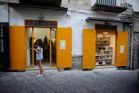 """La cultura contro il """"business as usual"""" nella pandemia: intervista a due librai napoletani"""