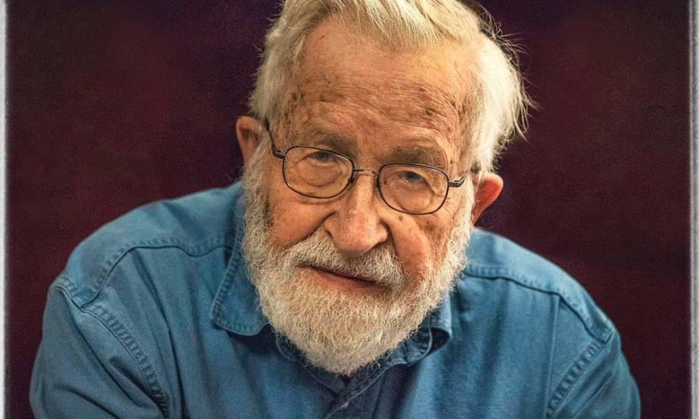 Noam Chomsky appoggia Joe Biden perché è un liberale