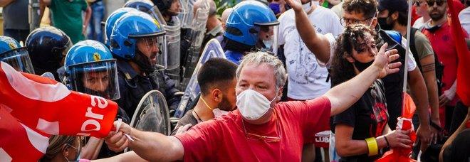 Napoli: polizia schierata in massa contro lavoratori e disoccupati in piazza
