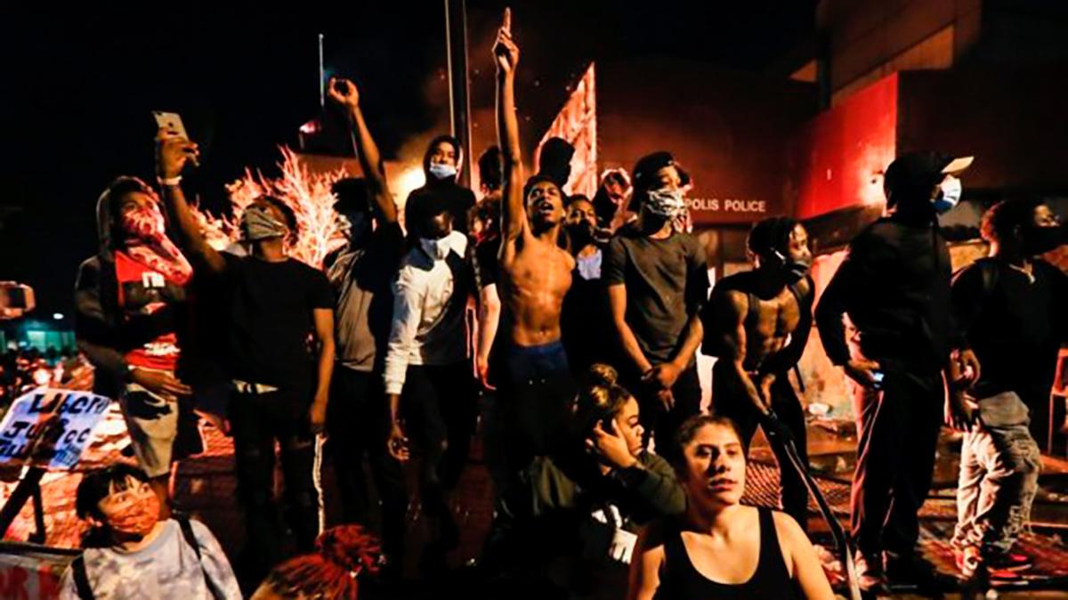 L'assassinio di George Floyd, un nuovo crimine razzista commesso dalla polizia negli USA: dalla parte dell'imponente rivolta sociale!