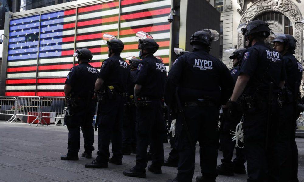 Le riforme di Sanders sulla polizia prevedono aumenti salariali per i poliziotti