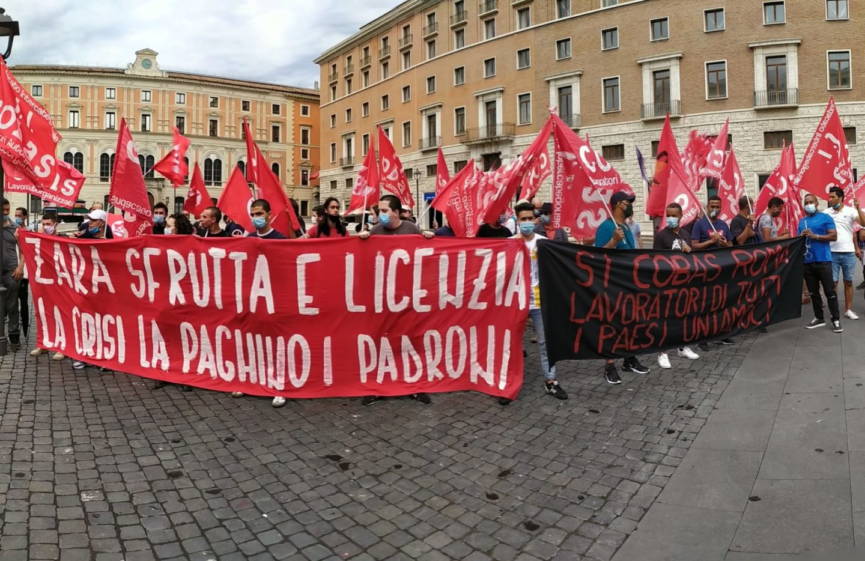 """Roma: lavoratori Zara in piazza contro i licenziamenti di massa per """"cessazione d'appalto"""""""