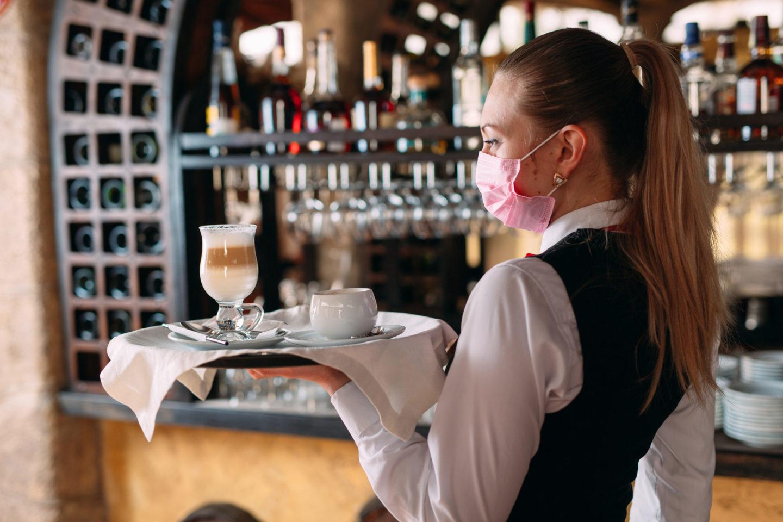 Il lavoro dei giovani nella ristorazione: tra precarietà, pandemia e difficoltà a mobilitarsi