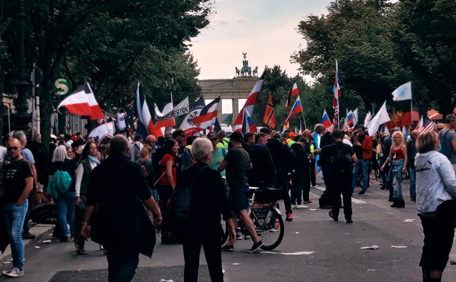 La polizia di Berlino ha lasciato marciare i cospirazionisti del Covid-19