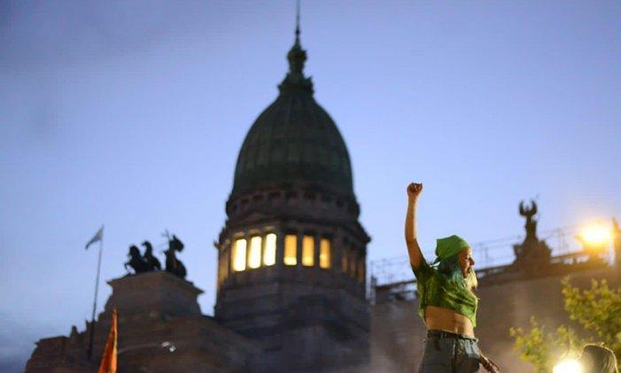 """Argentina: la Camera bassa approva la legalizzazione dell'aborto, sulla scia della """"marea verde"""" femminista"""