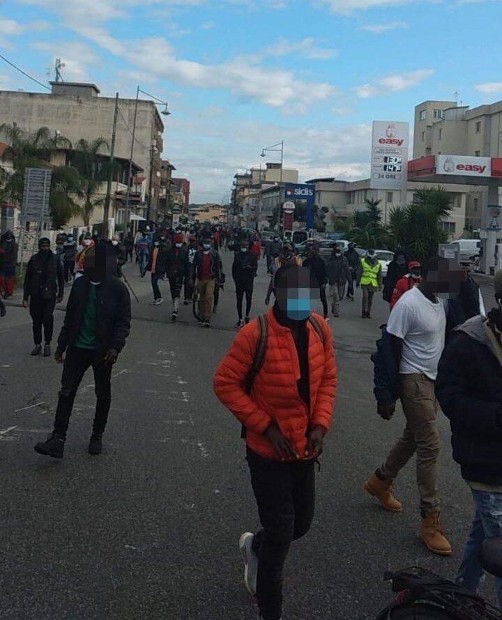 San Ferdinando, il corteo migrante blocca Gioia Tauro: giustizia per Gora, giustizia per tutt*!