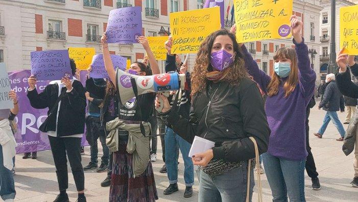 Centinaia di donne sfidano il divieto di manifestare a Madrid per l'8 marzo