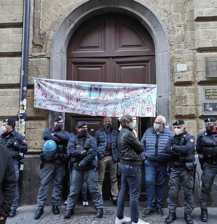 Dopo un mese di occupazione, la polizia ha sgomberato l'accademia di belle arti di Napoli