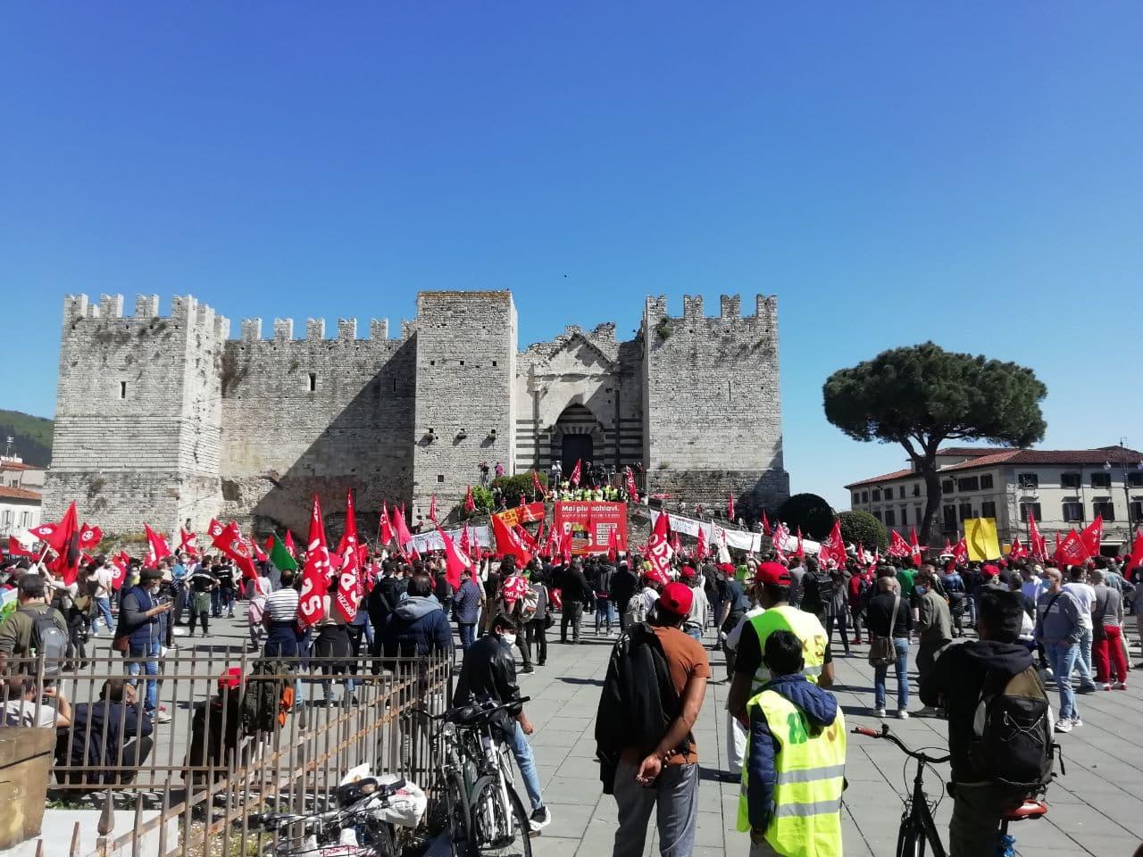 Prato, lotta Texprint: operai del SI Cobas e solidali riempiono piazza della Carceri