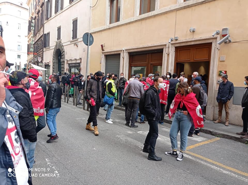 Gli operai TNT-Fedex occupano la sede del PD a Roma